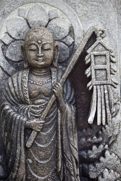 Foto van Detail of a stone carving at the top of the Adashino Nembutsu-ji cemetery - Japan - Azië