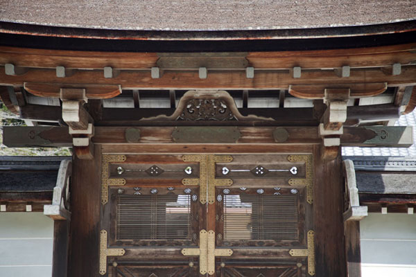 Close-up of wooden gate inside the Jingo-ji complex京都 - 日本