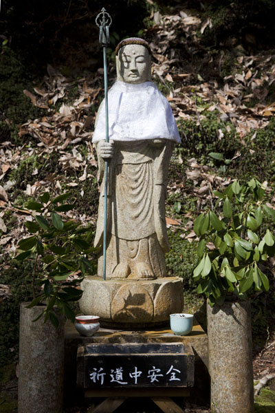 Foto de Small stone Buddha statue on the slopes of Jingo-ji temple complex - Japón - Asia