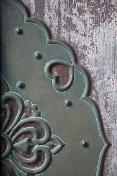 Detail of a door decoration on the Kondo hall | Temple Jingo-ji | Japon