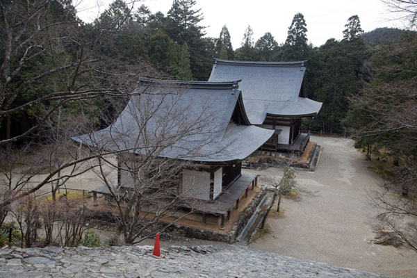 View of Godai-do and Bishamon-do from the Kondo, or gold hall | Temple Jingo-ji | Japon