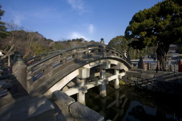 Photo de Arched bridge leading to Tsurugaoka Hachiman-gu once only used by the shogun - Japon - Asie