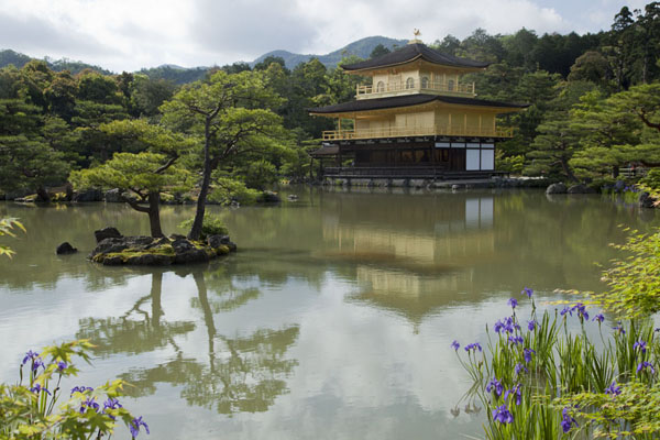 Foto de Iconic view of Kinkaku-ji with pond, islet, and treesKioto - Japón