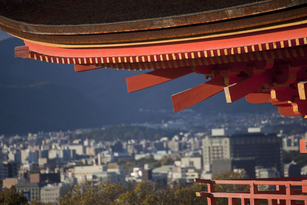 Looking out over Kyoto with the roof of the Gate of the Deva Kings | Kiyomizu-dera | Japón