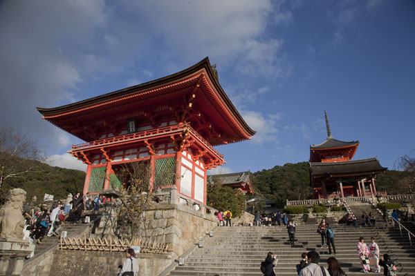 Gate of the Deva Kings, the West Gate, ad the top of the Three Storied Pagoda seen from below | Kiyomizu-dera | Japón