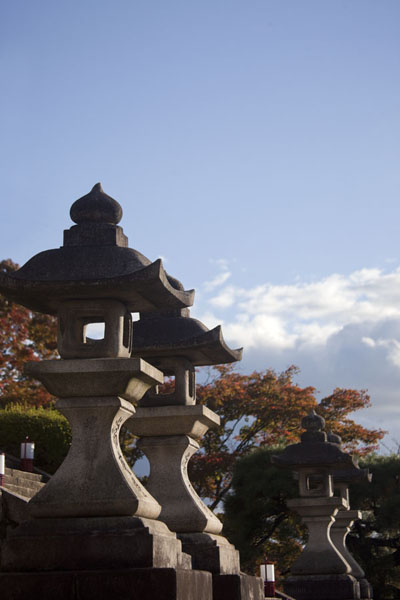 Foto van Four stone lanterns below the West Gate Building, or Sai-mon - Japan - Azië