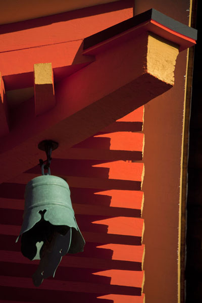 Bell and part of brightly coloured orange roof of the Three-Storied Pagoda or Sanju-no-To京都 - 日本