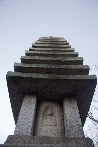 Eleven-storied stone stupa can be found at the lower section of the Kiyomizu-dera complex京都 - 日本