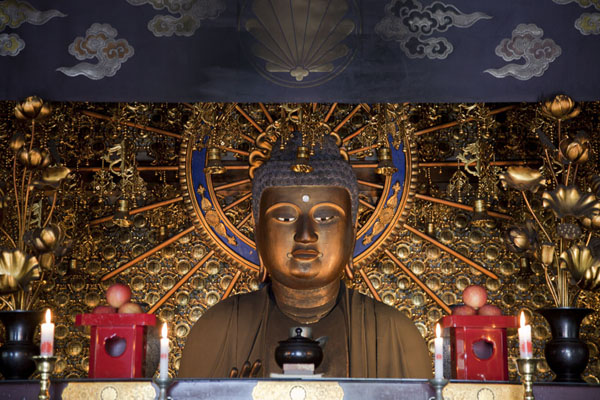 Foto de Buddha statue inside the Main Hall of Kurama-dera templeKurama - Japón