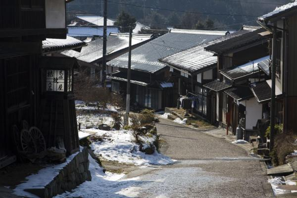 Nakasendo running through a village between Tsumago and Magome | Nakasendo | Japón