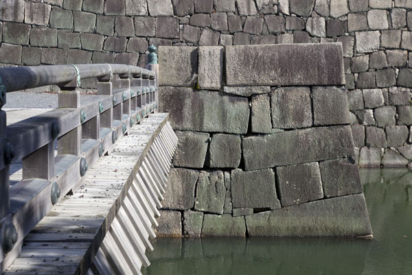 Foto di Bridge over the inner moat towards Honmaru PalaceKioto - Giappone