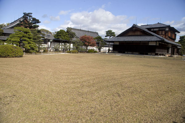 Traditional buildings form part of the Honmaru Palace area inside Nijo Castle | Castillo de Nijo | Japón