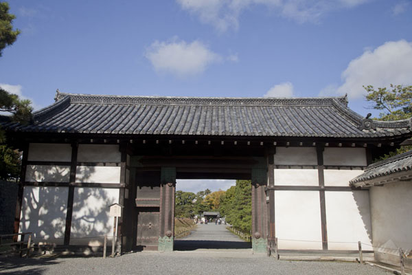 Photo de Gate next to the inner moat inside the Nijo Castle complexKyoto - Japon