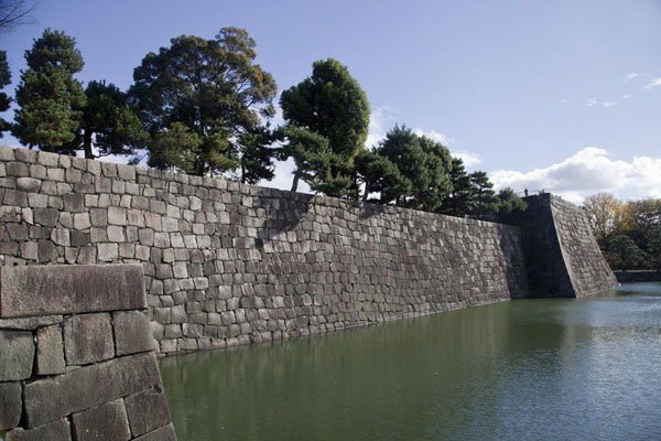 Inner moat surrounding Honmaru Palace with donjon at the corner | Castillo de Nijo | Japón