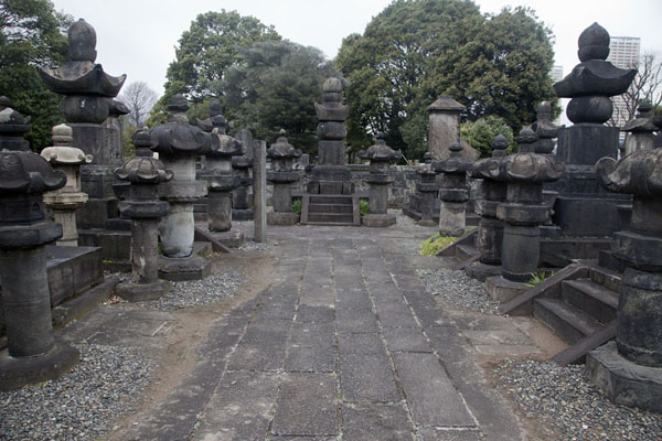 Foto van Stone lanterns at an important tomb at Yanaka cemeteryTokyo - Japan