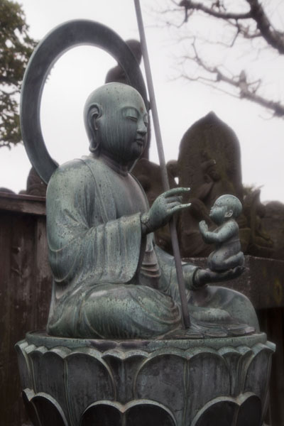 Foto van Female Buddha and baby cast out of bronze at Kannon-ji Temple - Japan - Azië