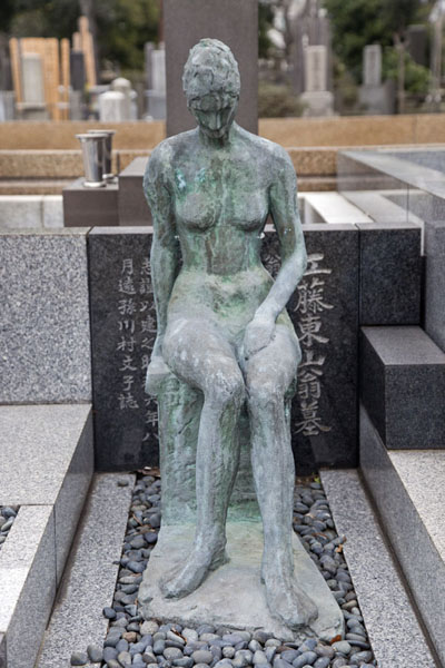 Foto van Female sculpture at a tomb in Yanaka cemeteryTokyo - Japan