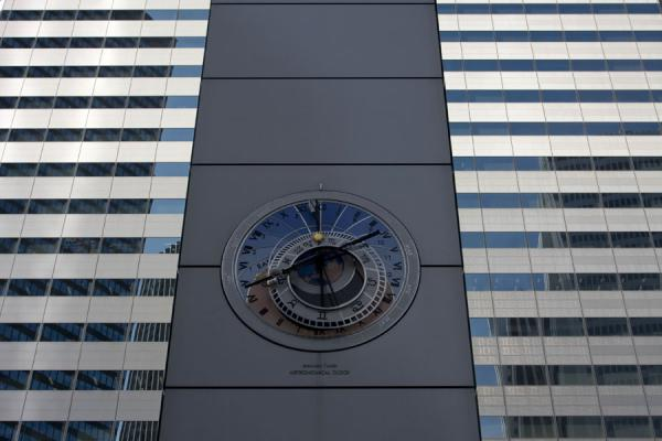 Foto di Astronomical clock in building in Nishi ShinjukuTokio - Giappone