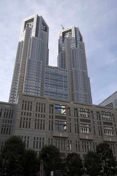 The tall towers of Tokyo Metropolitan Government building | Nishi Shinjuku architectuur | Japan