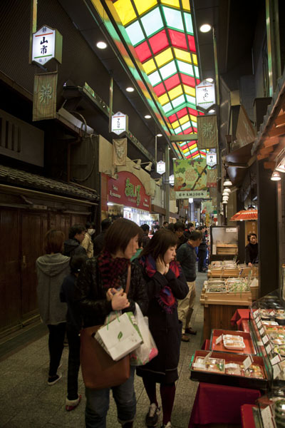 Foto van Nishiki Market is a street packed with shops and stallsKyoto - Japan