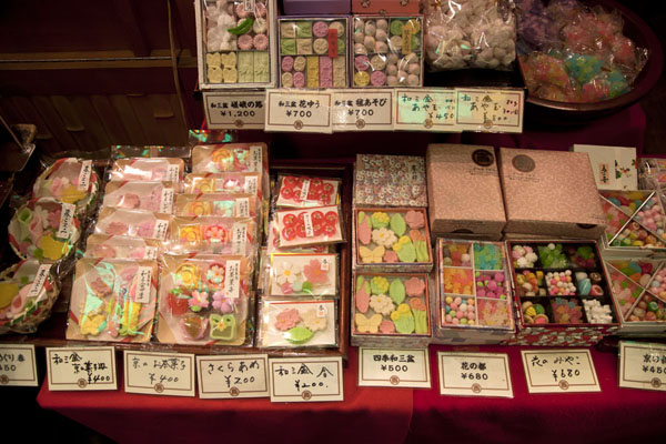 Foto van Japanese candy on display at the marketKyoto - Japan