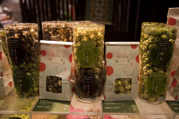 Foto di Tea flavoured Japanese popcorn for sale at the market - Giappone - Asia