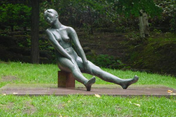 Woman stretching out legs (Sato, Churyo) | Sapporo Art Park | Japan