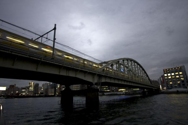 Evening over a bridge crossing Sumida river | Promenade fleuve Sumida | Japon
