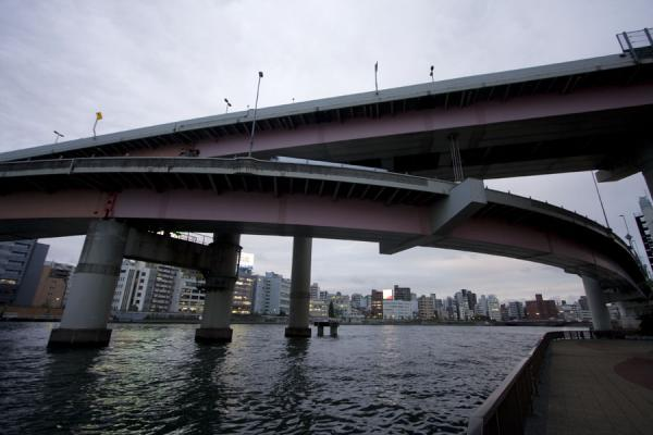Fly-over of Shuto expressway crossing Sumida river | Promenade fleuve Sumida | Japon