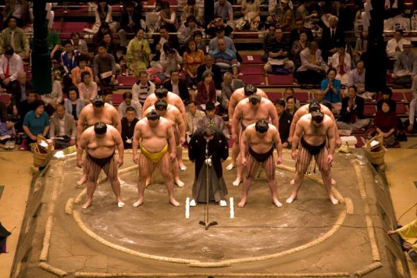 Photo de Sumo wrestlers presenting themselves to the audienceTokyo - Japon