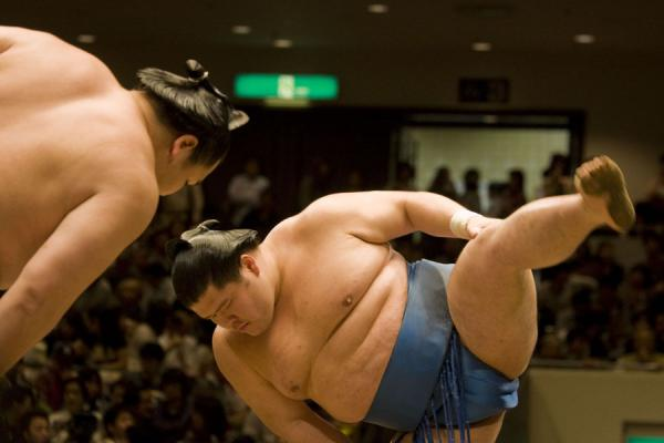 Foto di Sumo wrestlers performing shiko exercise before starting their boutTokio - Giappone