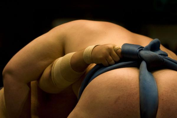 Foto di Sumo wrestlers trying to get the upper handTokio - Giappone