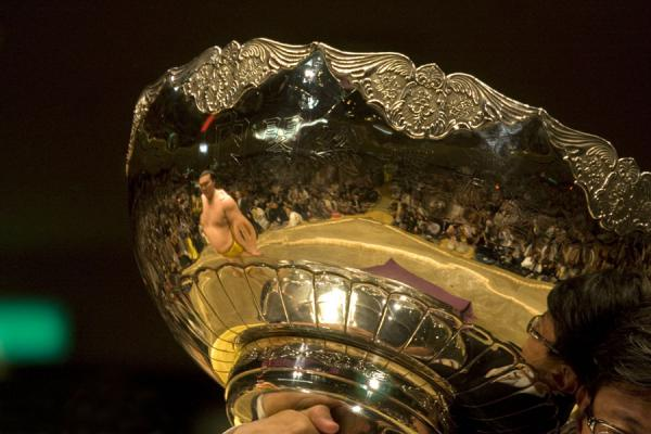 Foto de One of the enormous cups handed to the winnerTokio - Japón