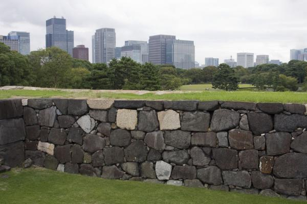 Old wall in the East Imperial Gardens with Tokyo skyline in the background东京 - 日本