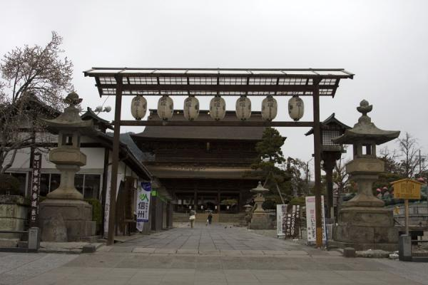 Niomon Gate seen from the southern entrance | Zenko-ji Tempel | Japan