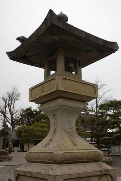 Stone lantern in the gardens of Zenko-ji in front of the temple | Zenko-ji Tempel | Japan
