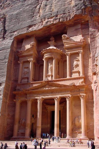 Photo de The Treasury is well hidden in the surrounding canyonsPetra - Jordanie