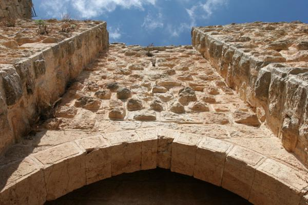 Gateway to Qalat ar-Rabad: looking towards the sky | Qalat ar-Rabad | Jordanië