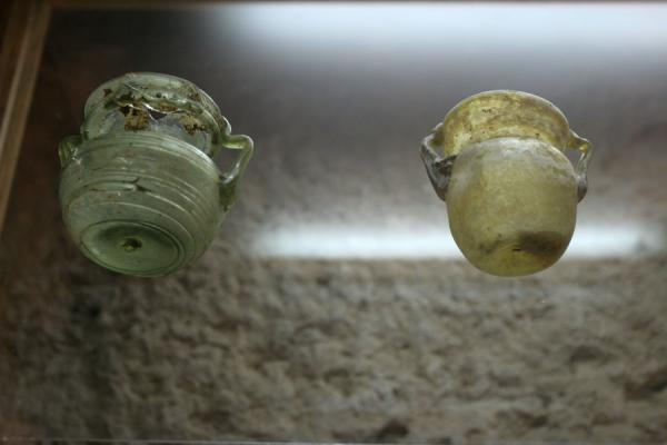 Glassware on display at the small museum inside Qalat ar-Rabad | Qalat ar-Rabad | Jordanië