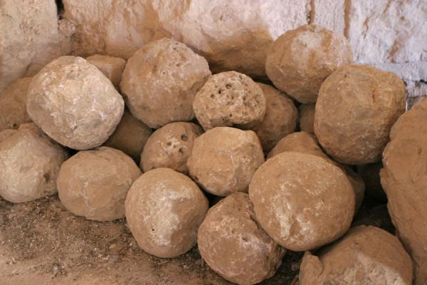 Stone cannonballs that will probably never be used | Qalat ar-Rabad | Jordanië