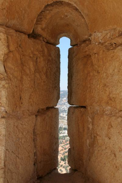 Slit in the wall which allowed the Mamluks to defend the castle | Qalat ar-Rabad | Jordanië