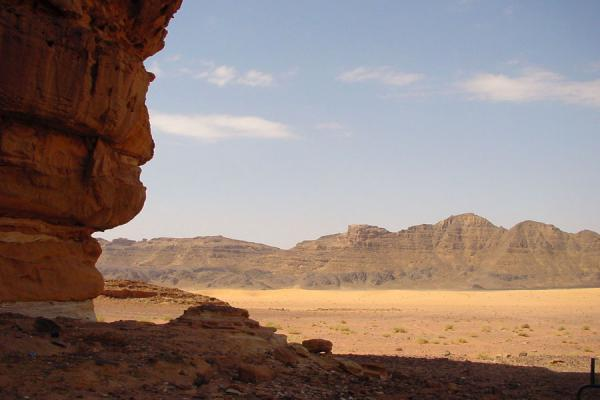 Photo de Wadi Rum: composition of sand, rocks, jebels and some scrubs - Jordanie - Asie