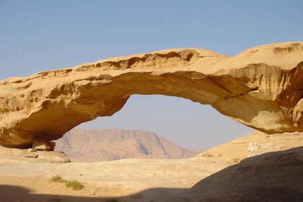 Photo de Another rocky, natural bridgeWadi Rum - Jordanie