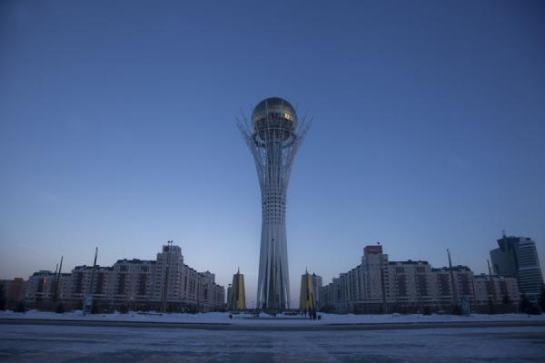 Foto de Baiterek Tower at duskAstana - Kazajstán