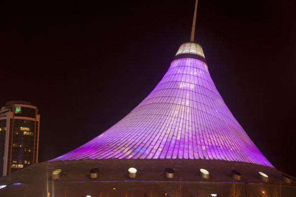 Foto van The Khan Shatyr shopping complex at nightAstana - Kazakhstan
