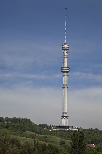 Foto van The TV tower on top of Kök Töbe can be seen from all over AlmatyKök Töbe heuvel - Kazakhstan