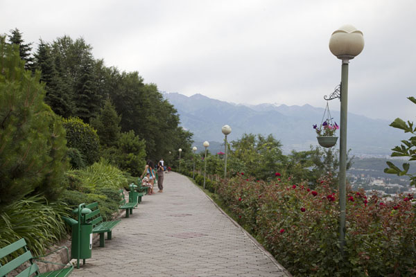 City-side walkway on top of Kök Töbe offering views of Almaty - 哈萨克斯坦 - 亚洲