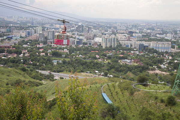View of Almaty with cable-car on the way up | Collina Kök Töbe | Kazachistan