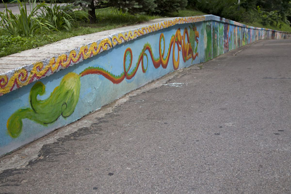 Foto di The last stretch of the wall at the roadside, covered in paintings - Kazachistan - Asia