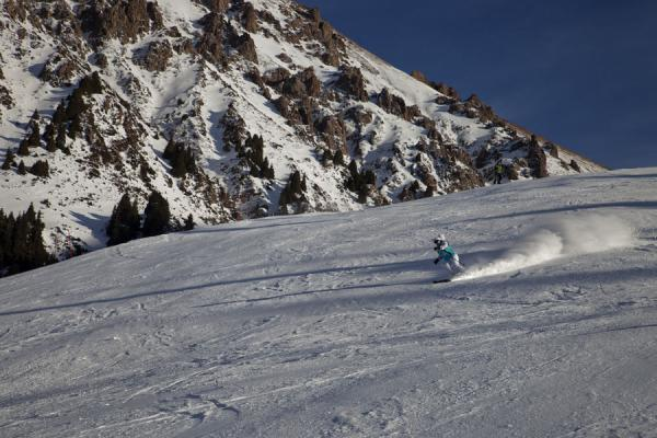 Foto de Skier tackling one of the downhill slopes in the Shymbulak ski areaShymbulak - Kazajstán